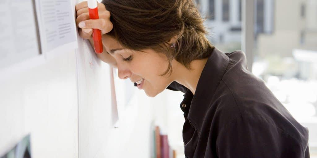 Задержка месячных на фоне стресса может продолжаться до одного месяца