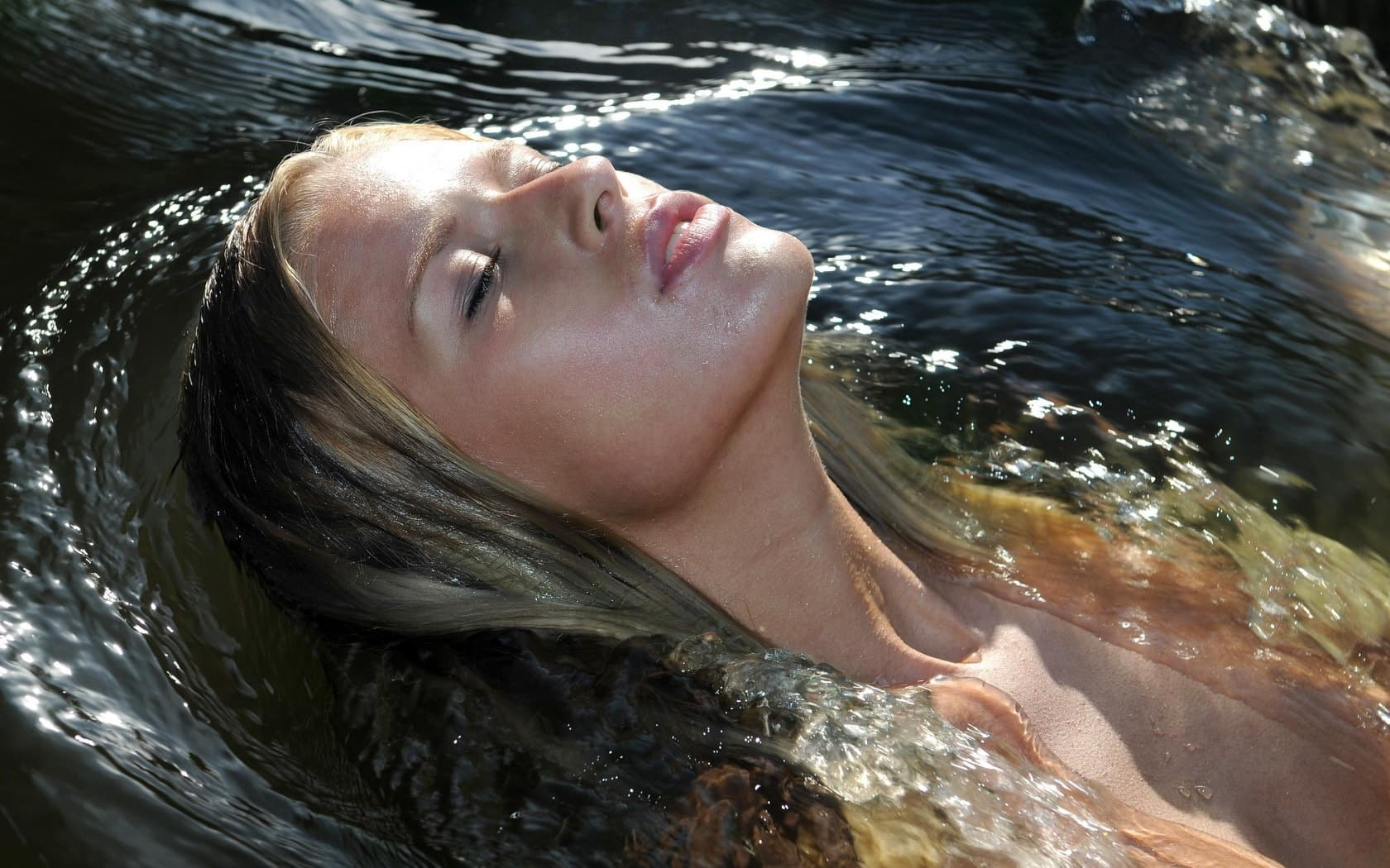 Плавать в реке или озере во время месячных не очень безопасно