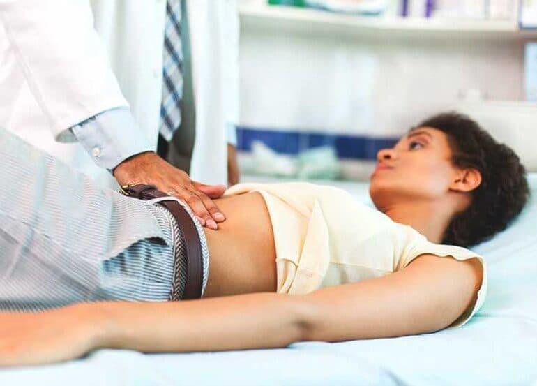 Сильные боли и понос могут быть признаком аппендицита, и месячные тут ни при чем