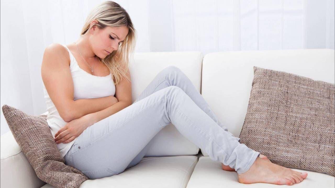 Симптомы, такие как: боль, частое мочеиспускание, появление мажущих кровянистых выделений из влагалища между менструациями, появляются не раньше, чем при 2, а чаще 3-4 стадиях болезни