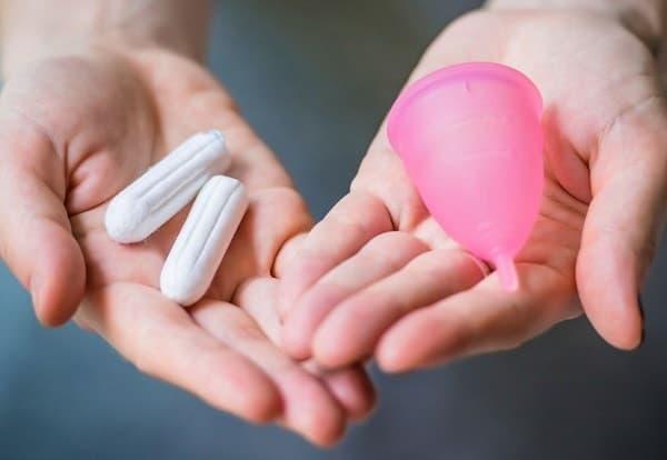 Чтобы иметь возможность купаться во время месячных, лучше использовать менструальную чашу или тампоны, но ни в коем случае не прокладки