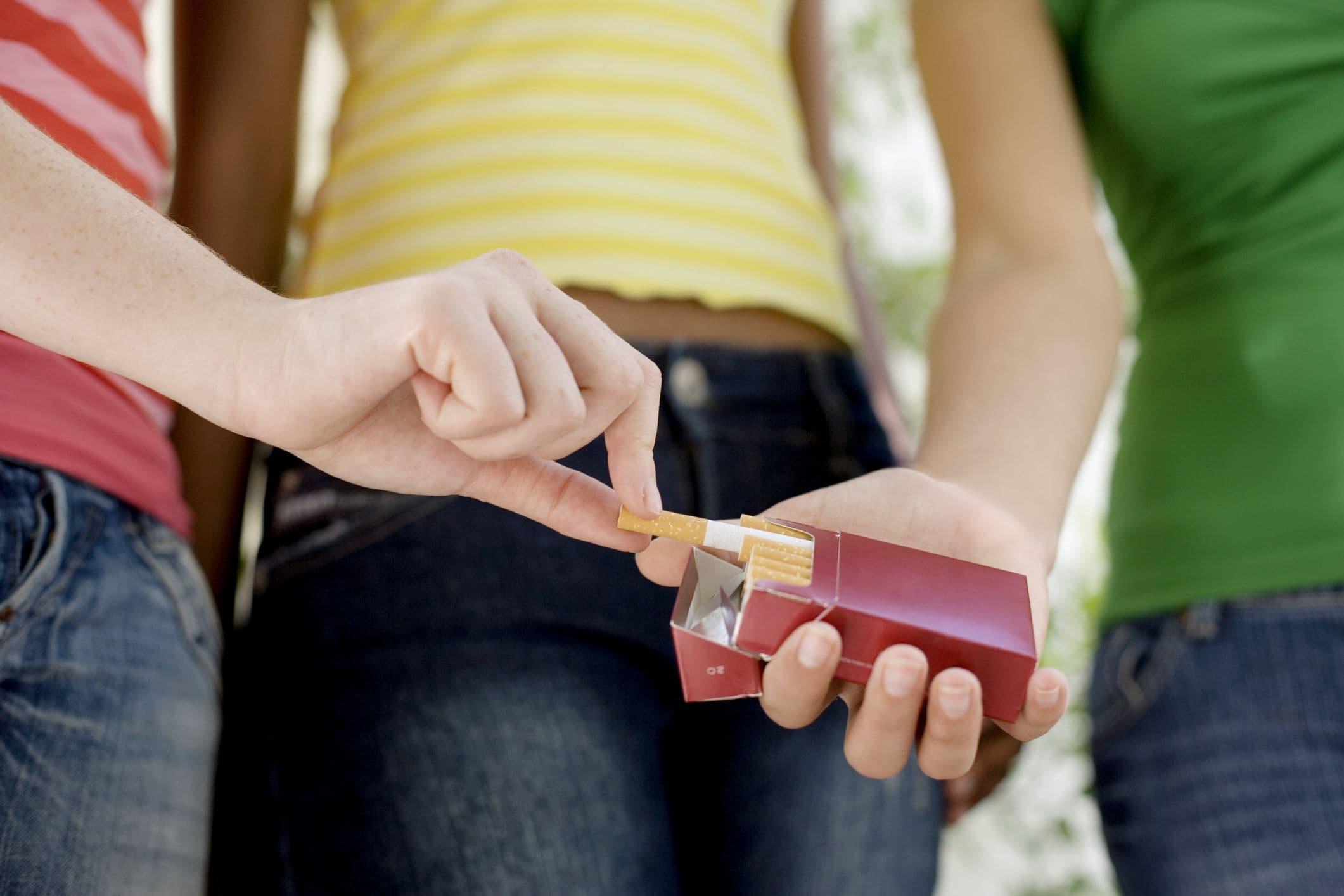Вредные привычки могут сделать месячные нерегулярными или вовсе заставить их исчезнуть