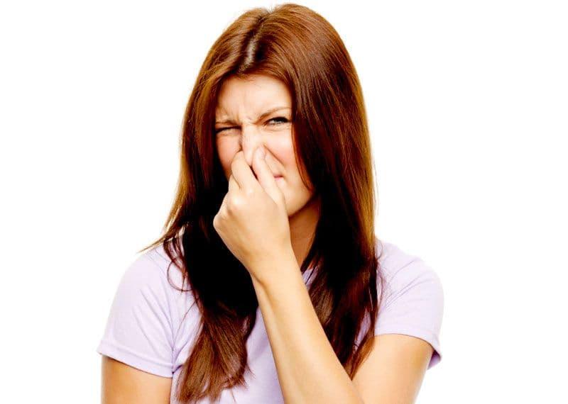При патологических процессах во влагалище женщину, кроме странный светлых выделений, часто беспокоят зуд и неприятный запах