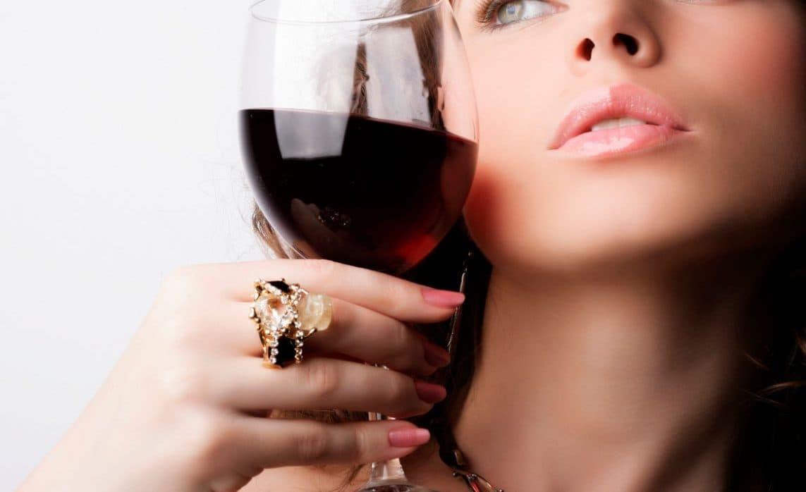 Красное вино при месячных: польза и вред